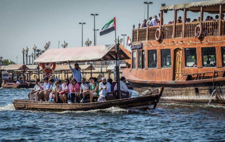 В водах Dubai Canal появились лодки абра