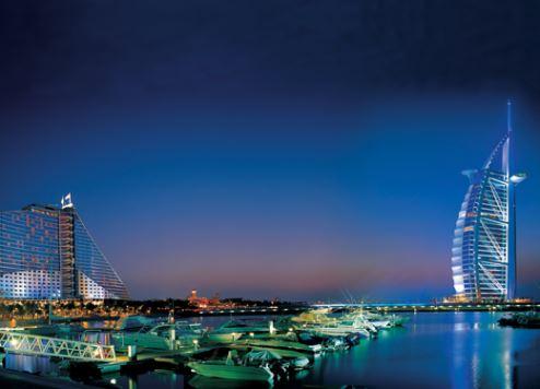 دبي تفتتح أول شاطئ للسباحة الليلية بالإمارات العربية المتحدة