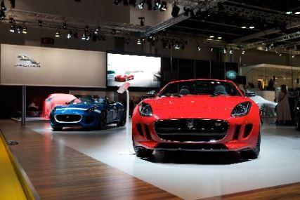 عشاق الأرقام المميزة للوحات السيارات ينفقون الملايين في معرض دبي الدولي للسيارات
