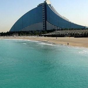 دبي تُغرق المركبات العسكرية القديمة لتنمية الشعاب المرجانية